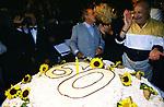 MAURIZIO COSTANZO E MARIA DE FILIPPI  CON LA TORTA<br /> FESTA PER I 60 ANNI DI MAURIZIO COSTANZO<br /> MANEGGIO DI GIANNELLA 1998