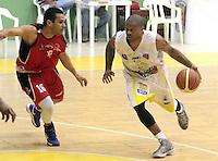 BUCARAMANGA -COLOMBIA- 28 -09-2013. Carter (Der) jugador de Bucaros  pelea el balon contra Reyes (Izq)  de Halcones de Cucuta  , partido correspondiente a la  Liga DIRECTV de Baloncesto profesional segundo semestre jugado en el coliseo Vicente Diaz Romero de la ciudad de Bucaramanga / Carter (Der) Bucaros player fight for the ball against Reyes (L) of Cucuta Falcons, game in the Professional Basketball League DIRECTV second half played at the Coliseum Vicente Diaz Romero of the city of Bucaramanga.Photo / Duncan Bustamante / VizzorImage  /Stringer