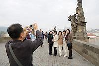 EEurope/République Tchèque/Prague: Photo Souvenir sur le   Pont Charles  sur la  Vltava