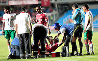 CALI -COLOMBIA-01-04-2014. Yamilson Rivera del América de Cali  es atendido después de una falta de un jugador del Barranquilla FC durante partido por la fecha 11 del Torneo Postobón I 2014 jugado en el estadio Pacual Guerrero de la ciudad de Cali./ Yamilson Rivera of America de Cali is attended after a foul from a player of Barranquilla FC during the match for the 11th date of Postobon Tournament I 2014 at Pascual Guerrero stadium in Cali city. Photo: VizzorImage/Juan C. Quintero/STR