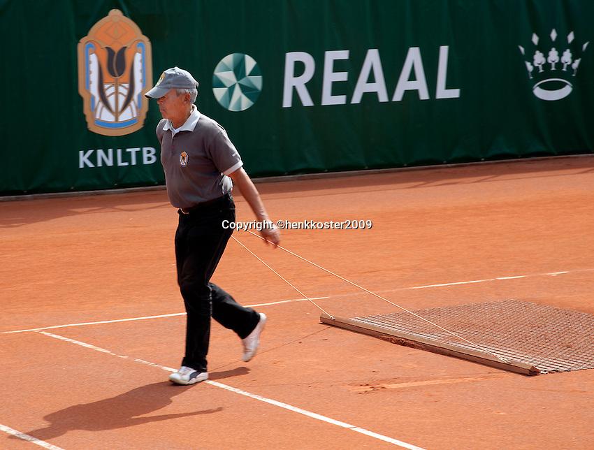 13-8-09, Den Bosch,Nationale Tennis Kampioenschappen, Scheidsrechter sleept de baan.