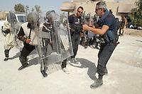 - Italian Carabinieri of the MSU (Multinational Specialized Unit) train Iraqui local police to the public order....- Carabinieri italiani del MSU (Multinational Specialized Unit) addestrano polizia locale irachena all'ordine pubblico