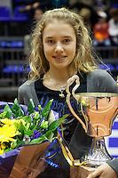 12-12-09, Rotterdam, Tennis, REAAL Tennis Masters 2009, Indy de Vroome ontvangt de Cup RenaudOver de toekenning beslist het Bondsbestuur, op voordracht van het Bondsbestuurslid Toptennis.De prijs wordt toegekend aan die jonge tennisspeler of tennisspeelster die in het desbetreffende jaar de beste wedstrijdresultaten heeft behaald en in dit jaar de leeftijd van 15 jaar nog niet heeft bereikt.