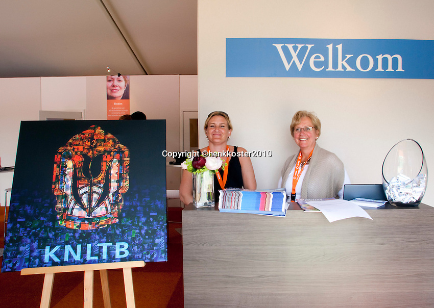 17-06-10, Tennis, Rosmalen, Unicef Open,  Welom desk KNLTB Lounge.
