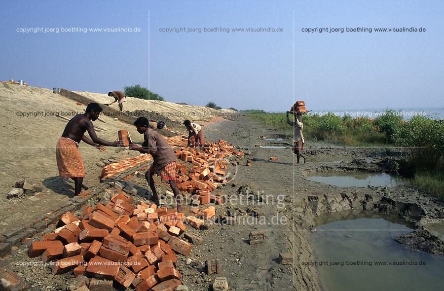 INDIA Westbengal, Sundarbans, construction of dyke for flood protection in Ganga river delta / INDIEN Westbengalen, Deichbau als Hochwasserschutz im Ganges Flussdelta Sunderbans