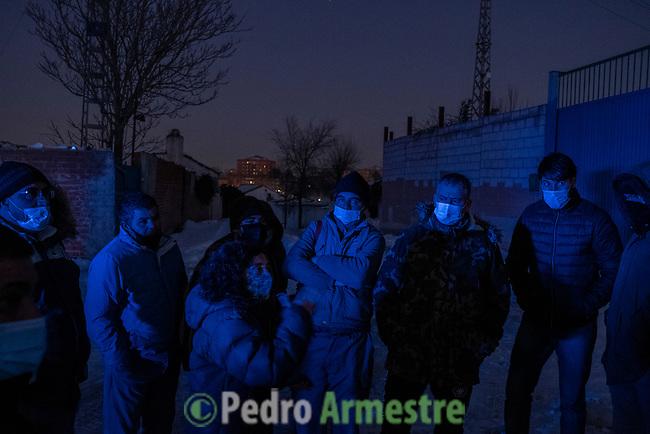 11/01/2021, Cañada Real Sector 5. Rivas Vaciamadrid. Madrid, España<br /> <br /> La dificultad en el acceso a la energía o la pobreza energética se han visto especialmente agravadas debido al temporal. La Cañada Real, en Madrid, es, tras tres meses sin suministro eléctrico, una de las comunidades más golpeadas por las inclemencias del frío. En España, casi seis millones de personas en España -en torno al 15% de la población-, no pueden mantener su vivienda a una temperatura adecuada durante la estación más fría. <br /> <br /> En este contexto, para Greenpeace es una cuestión de urgencia social dar respuesta a los colectivos que están sufriendo temperaturas extremas. La organización insiste, además, en que la lucha contra la pobreza energética pasa por mirar más allá de los bajos ingresos en el hogar y debe abordar la grave deficiencia energética de las viviendas, la brecha de género o el modelo energético con unos elevados precios de la energía, sustentados por un oligopolio energético (Endesa, Viesgo, EDP, Naturgy, Iberdrola) que concentra entre el 80-90% de la cuota de mercado. <br /> <br /> ©Pedro Armestre/Greenpeace