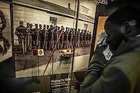 Washington- National Museum of African American History and Culture<br /> un visitatore piange di fronte a immagine di soldati di colore durante la guerra d'indipendenza americana