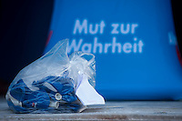 """AfD protestiert in Berlin gegen die Fluechtlingspolitik der Bundesregierung.<br /> Am Samstag den 31. Oktober 2015 versammelten sich ca. 250 Anhaenger der Rechts-Partei Alternative fuer Deutschland (AfD) zu einer Kundgebung gegen die Fluechtlings- und Asylpolitik der Bundesregierung. Dabei wurde die Bundeskanzlerin Angela Merkel mehrfach scharf angegriffen. Die Berichterstattung ueber Fluechtlinge in den Medien wurde mit lautstarken Rufen """"Luegenpresse"""" beschimpft.<br /> Der brandenburgische Landesvorsitzende Gauland forderte eine Fluechtlingspolitik wie in Japan, wo angeblich nur 20 Fluechtlinge pro Jahr aufgenommen werden.<br /> Etwa 350 Menschen protestierten gegen die Veranstaltung der Rechten und blockierten kurzzeitig deren Marschroute. Die Polizei ordnete daraufhin eine verkuerzte Route an und raeumte dafuer der AfD den Weg frei.<br /> Im Bild: Eine Tuete mit AfD-Luftballons un einem Zettel """"Pankow"""".<br /> 31.10.2015, Berlin<br /> Copyright: Christian-Ditsch.de<br /> [Inhaltsveraendernde Manipulation des Fotos nur nach ausdruecklicher Genehmigung des Fotografen. Vereinbarungen ueber Abtretung von Persoenlichkeitsrechten/Model Release der abgebildeten Person/Personen liegen nicht vor. NO MODEL RELEASE! Nur fuer Redaktionelle Zwecke. Don't publish without copyright Christian-Ditsch.de, Veroeffentlichung nur mit Fotografennennung, sowie gegen Honorar, MwSt. und Beleg. Konto: I N G - D i B a, IBAN DE58500105175400192269, BIC INGDDEFFXXX, Kontakt: post@christian-ditsch.de<br /> Bei der Bearbeitung der Dateiinformationen darf die Urheberkennzeichnung in den EXIF- und  IPTC-Daten nicht entfernt werden, diese sind in digitalen Medien nach §95c UrhG rechtlich geschuetzt. Der Urhebervermerk wird gemaess §13 UrhG verlangt.]"""