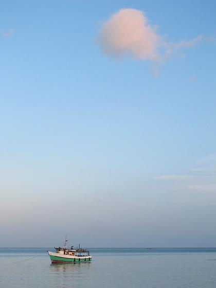La nube y el pescador / Ciudad de Panamá.<br /> <br /> Barco pesquero fondeado en la bahía de Panamá.<br /> <br /> Fishing boat anchored at Panama bay.<br /> <br /> Edición de 10   Víctor Santamaría.