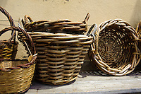 Verkauf von handgemachten Körben  in der Altstadt von Castelsardo,  Provinz Sassari, Nord - Sardinien, Italien