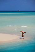 Modèle posant sur la plage de Mouli, Ouvéa, Nouvelle-Calédonie