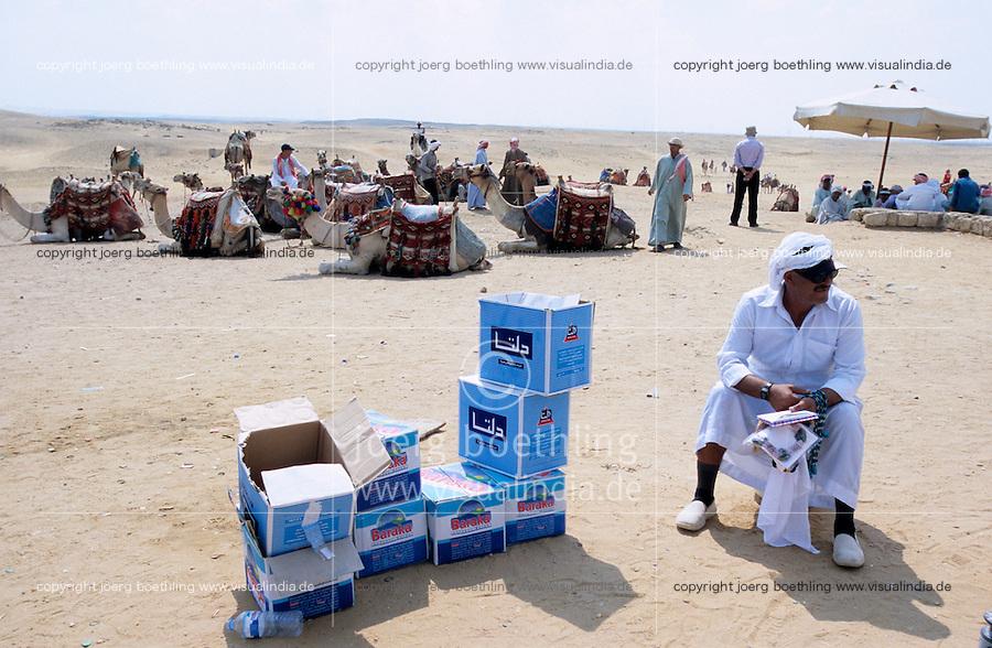 AEGYPTEN Kairo Cairo, Westliche Touristen an den Pyramiden von Gizeh in Giza , Wasser Verkauf / EGYPT Cairo, western tourist at pyramid of Giza Gizeh , bottled water sale