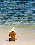 MUS, Mauritius, Hotel Le Cannonier: Frau sitzt am Strand, liest im Buch | MUS, Mauritius, Hotel Le Cannonier: woman sitting at the beach, reading a book