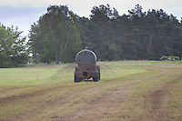 Trecker bringt Gülle auf einer Wiese, Feld aus, Dünger, düngen, Nährstoffeintrag, Eutrophierung