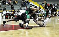 BOGOTA - COLOMBIA: 06-05-2013: Tayron (Der) Piratas de Bogotá, disputa el balón con Fernandez (Cent.) y Corpus (Izq.) de  Aguilas de Tunja mayo  6 de 2013. Piratas y Aguilas de Tunja disputaron partido de la fecha 11 de la fase II de la Liga Directv Profesional de baloncesto en partido jugado en el Coliseo El Salitre. (Foto: VizzorImage / Luis Ramirez / Staff) Tayron (R) of Pirates from Bogota disputes the ball with Fernandez (C) and Corpus (L.) of Aguilas from Tunja May 6, 2013. Piratas and Aguilas de Tunja disputed a match for the 11 date of the Fase II of the League of Professional Directv basketball game at the Coliseo El Salitre. (Photo. VizzorImage / Luis Ramirez / Staff)