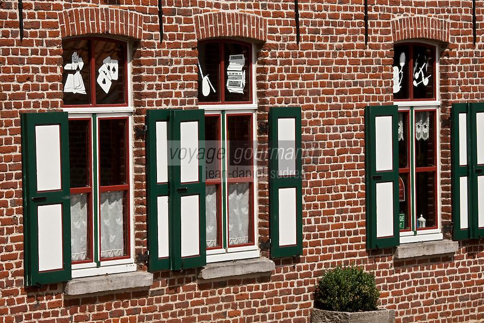 Europe/France/Nord-Pas-de-Calais/59/Nord/ Boeschepe: Estaminet : De Vierpot   sous les pales du moulin de l'Ondankmeulen - détail des fentres décorées