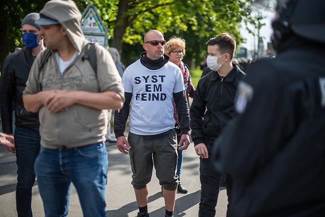 """Am Samstag den 16. Mai 2020 demonstrierten in Berlin an mehreren Orten mehrere hundert Menschen mit sog. """"Hygiene-Demonstrationen"""" gegen die Einschraenkungen zur Eindaemmung der Covid-19-Pandemie. An diesen """"Hygiene-Demonstrationen"""" nahmen vor allem Verschwoerungsanhaenger aber auch Hooligans, Neonazis und andere Rechte teil.<br /> Im Bild: Polizeibeamte haben eine ungenehmigte Demonstration von bis zu 500 Menschen zu gestoppt. Mit weissem T-Shirt der Berliner Rechtsextremist Rene Uttke.<br /> 16.5.2020, Berlin<br /> Copyright: Christian-Ditsch.de<br /> [NUR FUER REDAKTIONELLE ZWECKE! Werbung nur auf Anfrage beim Fotografen. Inhaltsveraendernde Manipulation des Fotos nur nach ausdruecklicher Genehmigung des Fotografen. Vereinbarungen ueber Abtretung von Persoenlichkeitsrechten/Model Release der abgebildeten Person/Personen liegen nicht vor. NO MODEL RELEASE! Don't publish without copyright Christian-Ditsch.de, Veroeffentlichung nur mit Fotografennennung, sowie gegen Honorar, MwSt. und Beleg. Konto: I N G - D i B a, IBAN DE58500105175400192269, BIC INGDDEFFXXX, Kontakt: post@christian-ditsch.de<br /> Bei der Bearbeitung der Dateiinformationen darf die Urheberkennzeichnung in den EXIF- und  IPTC-Daten nicht entfernt werden, diese sind in digitalen Medien nach §95c UrhG rechtlich geschuetzt. Der Urhebervermerk wird gemaess §13 UrhG verlangt.]"""