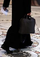 Un sacerdote arriva alla Basilica di San Giovanni in Laterano a Roma, 1 aprile 2010, per partecipare alla cerimonia della Lavanda dei Piedi..A priest arrives at St. John in Lateran's Basilica in Rome, 1 april 2010, for the feet-washing rite..UPDATE IMAGES PRESS/Riccardo De Luca