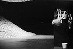 Elena Adoeva, Regina Advento, Ruth Amarante, Rainer Behr, Andrey Berezin, Stephan Brinkmann, Raphaëlle Delaunay, Mechthild Grossman, Christel Guillebeaud, Kyomi Ichida, Na Young Kim, <br /> Daphnis Kokkinos, Marigia Maggipinto, Bernd Marszan, Eddie Martinez, Dominique Mercy, Jan Minarik, Cristiana Morganti, Nazareth Panadero, <br /> Helena Pikon, Jorge Puerta Armenta, Anne Rebeschini, Michael Strecker, Fernando Suels, Aida Vainieri, Michael G Whaltes dans Le laveur de vitres<br /> Théâtre de la Ville, Paris - 1998<br /> Prise de vue argentique noir et blanc