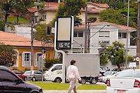 SÃO PAULO, SP, 02 DE DEZEMBRO – CLIMA TEMPO - Termometro marca 16 graus  na Praça Cherles Miller,Pacaembú, zona oeste da capita, no final desta mahãl. Foto Ricardo Lou-News Free