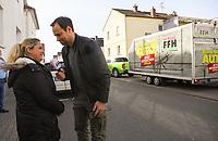 """Gewinnerin Teresa Piervenanzi-Ligorio (M.) mit Moderator Daniel Fischer (r.), Jessika Pfaff (l.) freut sich für ihre Freundin - Weiterstadt 06.03.2019: FFH verschenkt im Rahmen der Aktion """"Jeden Tag ein Auto"""" ein Fahrzeug"""