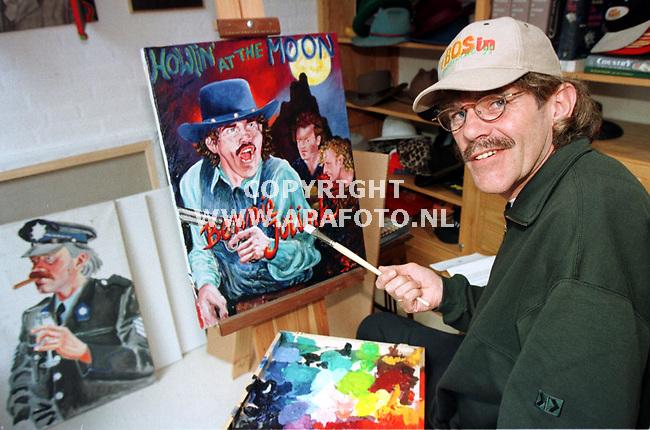 Hummelo.04-06-99  Foto:Koos Groenwold<br />Bennie Jolink met het meest recente schilderij dat hij maakte.<br /><br />Foto voor rubriek PRIVE