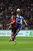 Kopfballduell zwischen Bradley Carnell (Karlsruher SC) und Michael Thurk (Eintracht Frankfurt)