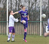 RSC Anderlecht Dames - Beerschot : Lorca Van De Putte aan de bal voor haar tegenstandster.foto DAVID CATRY / Vrouwenteam.be