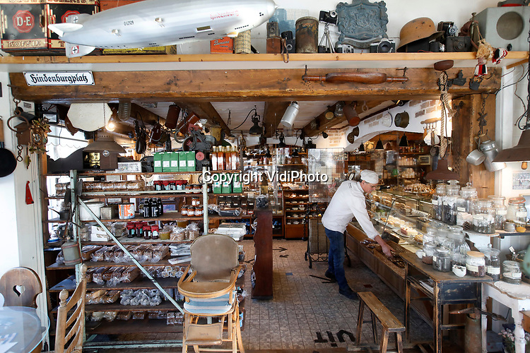 Foto: VidiPhoto<br /> <br /> BURGH-HAAMSTEDE - Het is een museum, bakkerij, lunchroom en snoepwinkel tegelijk. Brood- en banketbakkerij Sonnemans in Burgh-Haamstede is met stip de bezienswaardigste, wonderlijkste en smakelijkste warme bakker van Nederland. De bakkerij is wereldberoemd. Foto: Het interieur van de bakkerswinkel. Bovenaan de militaria.