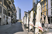 - la città di Milano sotto blocco totale e quarantena a causa dell'epidemia di Coronavirus nei primi giorni della primavera 2020; corso Como, cuore della vita notturna<br />