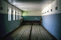 Desert miners town abandoned in 1954. Bowling room . Gioco del bowling
