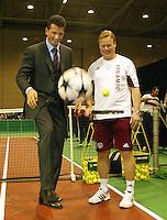 20040216, Rotterdam, ABNAMRO WTT, Krajiocek en Ronald Koeman proberen beide een balletje hoog te houden