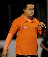MEDELLIN -COLOMBIA-26-04-2014: Juan Carlos Sánchez técnico del Envigado F.C.  durante partido ida con Atletico Nacional por los cuartos de final  de la Liga Postobon I 2014, jugado en el estadio Polideportivo Sur  de Medellin. / Juan Carlos Sanchez coach of Envigado F.C. during first leg match for the quarter-finals against Atletico Nacional of the League I Postobon 2014, played at the Polideportivo Sur of Medellin.. Photo: VizzorImage  / Luis Rios  / Str.