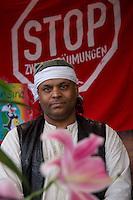 Am Freitag den 17. Oktober 2014 wurde der 46. jaehrige Ali M. (im Bild) mit seinem Blumenladen in der Falkenseer Chaussee 239 in Berlin-Spandau von der EDEKA-Reichelt Gruppe zwangsgeraeumt. Trotz Gespraechsangeboten durch den Blumenladenbesitzer und Freunde, war die Marktleiterin nicht zu einem Einlenken zu ueberreden.<br /> Nachdem der Gerichtsvollzieher die Raeumung vollzogen hatte, ging der Mann auf das Dach eines nahegelegenen Wohnhauses und drohte damit Suizid zu begehen. Die Polizei war mit einem Sondereinsatzkommando (SEK) im Einsatz.<br /> 17.10.2014, Berlin<br /> Copyright: Christian-Ditsch.de<br /> [Inhaltsveraendernde Manipulation des Fotos nur nach ausdruecklicher Genehmigung des Fotografen. Vereinbarungen ueber Abtretung von Persoenlichkeitsrechten/Model Release der abgebildeten Person/Personen liegen nicht vor. NO MODEL RELEASE! Don't publish without copyright Christian-Ditsch.de, Veroeffentlichung nur mit Fotografennennung, sowie gegen Honorar, MwSt. und Beleg. Konto: I N G - D i B a, IBAN DE58500105175400192269, BIC INGDDEFFXXX, Kontakt: post@christian-ditsch.de<br /> Urhebervermerk wird gemaess Paragraph 13 UHG verlangt.]