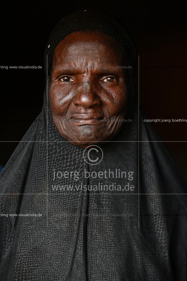 BURKINA FASO, Kaya, IDP Fluechtlinge,  nach Attacken auf das Dorf Dablo haben sie im Haus von Idrissa Jean Bruno OUÉDAROGO (« Papa Jean ») Zuflucht gefunden, muslimische Frau