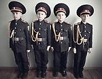 Jeunes garçons d'à peine 6 ou 7 ans posant en uniforme dans un pensionnat militaire. Depuis le début du conflit, les écoles militaires ne désemplissent plus et les parents y envoient les enfants de plus en plus jeunes, Kiev, janvier 2018.