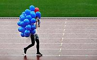 Nederland Amsterdam -  September 2018.  De Nationale Rollatorloop in het Olympisch Stadion vond dit jaar plaats in de stromende regen. De Rollatorloop is speciaal in het leven geroepen om elkaar op te peppen om in beweging te blijven. De ballonnen voor de deelnemers worden opgehaald door een medewerkster van Buurtzorg.    Foto mag niet in negatieve context worden gepubliceerd.   Foto Berlinda van Dam / Hollandse Hoogte