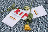 """Auf und rund um den Rosa-Luxemburg-Platz in Berlin-Mitte haben am Samstag den 25. April 2020 mehrere hundert Menschen gegen die Einschraenkungen im Zuge der Massnahmen zur Eindaeemung der Covid-19-Pandemie protestiert. Rechtsextremisten, Hooligans, Antisemiten, Verschwoerungstheoretiker und AfD-Politiker hatten zu einer sogenannten """"Hygiene-Demo"""" versammelt. Vereinzelt protestierten Menschen am Rande gegen diese Demonstration.<br /> Die Polizei war mit mehreren hundert Beamten im Einsatz und nahm mehr als 100 Personen fest.<br /> Im Bild: Auf zwei Ausgaben des Grundgesetz wurden Rosen und eine Mund-Nase-Schutz- Maske mit der Aufschrift RIP (engl. Ruhe in Frieden) gelegt.<br /> 25.4.2020, Berlin<br /> Copyright: Christian-Ditsch.de<br /> [NUR FUER REDAKTIONELLE ZWECKE! Werbung nur auf Anfrage beim Fotografen. Inhaltsveraendernde Manipulation des Fotos nur nach ausdruecklicher Genehmigung des Fotografen. Vereinbarungen ueber Abtretung von Persoenlichkeitsrechten/Model Release der abgebildeten Person/Personen liegen nicht vor. NO MODEL RELEASE! Don't publish without copyright Christian-Ditsch.de, Veroeffentlichung nur mit Fotografennennung, sowie gegen Honorar, MwSt. und Beleg. Konto: I N G - D i B a, IBAN DE58500105175400192269, BIC INGDDEFFXXX, Kontakt: post@christian-ditsch.de<br /> Bei der Bearbeitung der Dateiinformationen darf die Urheberkennzeichnung in den EXIF- und  IPTC-Daten nicht entfernt werden, diese sind in digitalen Medien nach §95c UrhG rechtlich geschuetzt. Der Urhebervermerk wird gemaess §13 UrhG verlangt.]"""