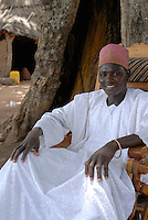 BURKINA FASO, Sa Majeste Roi Gan, King Kamou Battou of local Kingdom of ethnie Gha  in village Obiré at audience under tree / BURKINA FASO, lokales Koenigreich der Ethnie der Gha , Koenig Kamou Battou im Dorf Obiré bei Audienz unter einem Baum, 32 Jahre alt , 14 Frauen , 72 Kinder