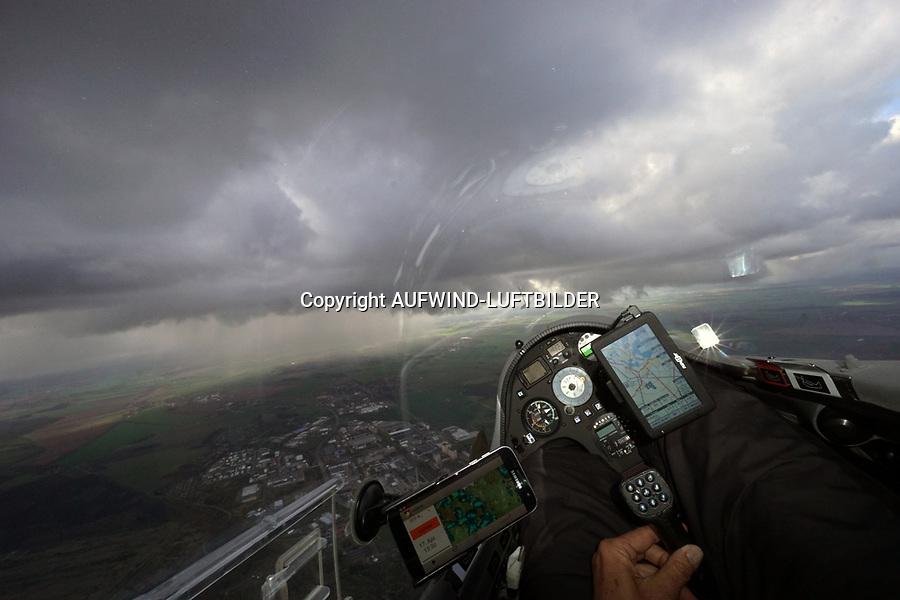 Blick aus einem Cockpit eines Segelflugzeugs: EUROPA, DEUTSCHLAND, MECKLENBURG VORPOMMERN, (EUROPE, GERMANY), 17.04.2017: Blick aus einem Cockpit eines Segelflugzeugs,