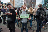 """Verschiedene Verschwoerungstheoretiker und rechte Gruppen versammelten sich am Montag den 21. April 2014 auf dem Potsdamer Platz zu einer sog. Montagsdemonstration unter dem Label """"Friedensbewegung 2.0"""". Zu der """"Manhwache"""" kamen weit ueber 1.00 Menschen.<br /> Die Macher der Montagsdemo-Mahnwachen sehen sich selber als eine """"Buergerbewegung fuer den Frieden, mit demokratischer demokratischer Gesinnung"""". In Redebeitraegen wird gegen das internationale Finanzkapital, namentlich festgemacht an dem Boersenspekulanten Georg Soros oder der Familie Rothschild, gewettert. Laut dem Organisator ist die US-Notenbank FED fuer die Kriege der letzten 100 Jahre verantwortlich.<br /> Unter den Teilnehmern der Demonstration befanden sich der Berliner NPD-Vorsitzende Sebastian Schmidtke mit Anhang und auch die rechten """"Reichsbuerger"""" die Deutschland als Staat ablehnen und das Deutsche Reich zurueck wollen.<br /> Kritiker der Veranstaltung bezeichnen die Veranstaltung als sog. """"Querfrontstrategie"""" bei der Rechte versuchen linke Themen zu besetzen ohne dass die Menschen bemerken, dass die Veranstalter Rechte sind.<br /> Im Bild: Ein Kundgebungsteilnehmer mit einem Poster gegen die US-Notenbank FED.<br /> 21.4.2014, Berlin<br /> Copyright: Christian-Ditsch.de<br /> [Inhaltsveraendernde Manipulation des Fotos nur nach ausdruecklicher Genehmigung des Fotografen. Vereinbarungen ueber Abtretung von Persoenlichkeitsrechten/Model Release der abgebildeten Person/Personen liegen nicht vor. NO MODEL RELEASE! Don't publish without copyright Christian-Ditsch.de, Veroeffentlichung nur mit Fotografennennung, sowie gegen Honorar, MwSt. und Beleg. Konto:, I N G - D i B a, IBAN DE58500105175400192269, BIC INGDDEFFXXX, Kontakt: post@christian-ditsch.de<br /> Urhebervermerk wird gemaess Paragraph 13 UHG verlangt.]"""