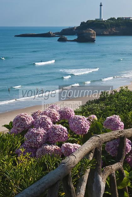 Europe/France/Aquitaine/64/Pyrénées-Atlantiques/Pays-Basque/Biarritz: Jardins d'hortensias, Grande Plage et le Phare à la Pointe Saint-Martin