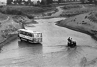 -  Turchia, autobus in panne in un fiume della Tracia (1984)....- Turkey, broken down bus in a river of Thrace (1984)