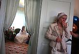 Ramzila Partova wischt sich Tränen aus den Augen an dem Hochzeitstag ihrer Tochter . Kant, Kirgisistan / Ramzila Partova wipes her teary eyes on her daughter's wedding day. Kant, Kyrgyzstan