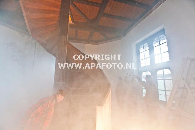 Lunteren, 220109<br /> Specialisten bekijken hoe rook zich gedraagd in de Uitzichttoren. De toren wordt gerenoveerd en de binnenruimten moeten in de toekomst verwarmt worden voor bijvoorbeeld concerten, een nieuwe functie van de toren. Om het vier verdiepingen tellende gebouw zo effectief mogelijk te verwarmen is het noodzakelijk te warmte en windstromingen te bekijken. <br /> Foto: Sjef Prins - APA Foto