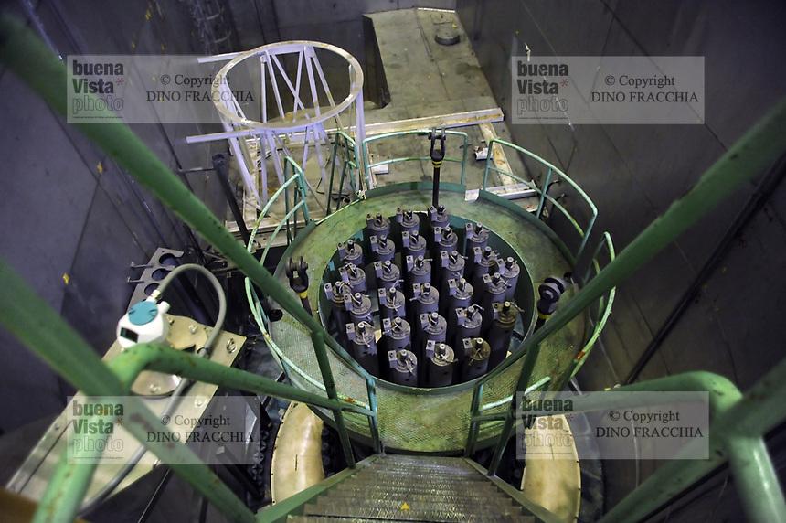 """- centrale elettronucleare di Trino, in via di disattivazione da parte della società Sogin, responsabile per lo smantellamento degli impianti nucleari italiani dopo i referendum popolari del 1987 e del 2011. Il coperchio del """"vessel"""", contenitore che copre il nucleo del reattore nucleare<br /> <br /> - Trino nuclear power station, in the process of deactivation by the company Sogin, responsible for decommissioning of Italian nuclear plants after the popular referendums of 1987 and 2011. The cover of """"vessel"""",  container that covers the nuclear reactor core."""
