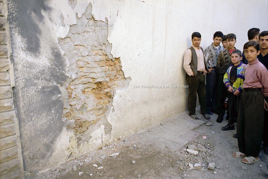 Irak 2000  Attentat dans le marché d'Erbil: 6 morts.    Iraq 2000 After a bomb attack in Erbil