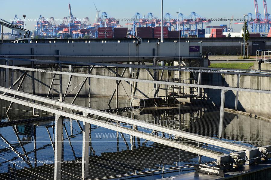 DEUTSCHLAND Hamburg, Hamburg Wasser Klaerwerk Koehlbrandhoeft, Staedtischer Energieversorger Hamburg Energie ein Tochterunternehmen von Hamburg Wasser, speist aufbereitetes Faulgas aus Abwasser, Klaerschlamm und Baggerschlamm ins Erdgasnetz ein, bei der Ausfaulung des Klaerschlamms entsteht Gas, das zu Erdgasqualitaet aufbereitet und ins Netz eingespeist wird, die Anlage wird jaehrlich 18 Millionen Kilowattstunden Biomethan einspeisen, damit koennen 3.600 Tonnen CO2 pro Jahr eingespart und bis zu 62.000 Kunden mit Biogas versorgt werden, Hintergrund HHLA Containerterminal
