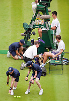 22-6-09, England, London, Wimbledon, Lots of actio during changeover, Djokovic ir resting and Benneteau is being treated on his leg while the ballkids change the balls