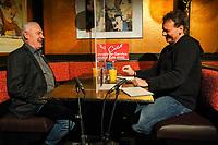 Ralf Baitinger (r.) im Gespräch mit Gerd Schulmeyer (DKP/LL) - Mörfelden-Walldorf 05.02.2021: Talk auf der Pianobank